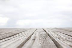 Primo piano di vecchi pavimenti di legno e una spiaggia tropicale al tramonto Immagine Stock Libera da Diritti
