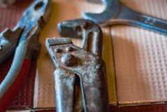 Primo piano di vecchia, chiave arrugginita dell'impianto idraulico, della chiave e delle pinze Foc Fotografia Stock