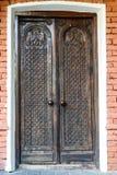 Primo piano di vecchia porta massiccia di legno Fotografia Stock