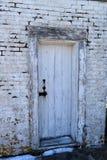 Primo piano di vecchia porta stagionata al tintoriale Cove su capo Elizabeth, la contea di Cumberland, Maine, Nuova Inghilterra,  immagini stock