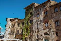 Primo piano di vecchie costruzioni con il convolvolo in un giorno soleggiato a San Gimignano Immagine Stock Libera da Diritti