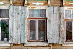 Primo piano di vecchie finestre rurali della casa dei bassifondi dentro Fotografie Stock Libere da Diritti