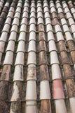 Primo piano di vecchie mattonelle di tetto Immagini Stock