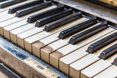 Primo piano di vecchio fuoco basso della tastiera di piano Fotografie Stock Libere da Diritti