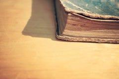 Primo piano di vecchio libro d'annata su una tavola di legno Biblioteca invecchiata, con riferimento a Fotografie Stock Libere da Diritti