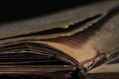 Primo piano di vecchio libro Frammento di una pagina del vecchio libro immagini stock libere da diritti