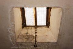 Primo piano di vecchio lucernario di una soffitta Fotografia Stock