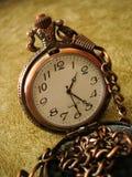 Primo piano di vecchio orologio dorato Immagini Stock Libere da Diritti