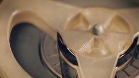 Primo piano di vecchio registratore bobina a bobina stock footage
