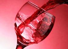 Primo piano di versamento del vino rosso Fotografia Stock