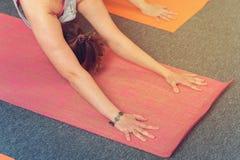Primo piano di yoga di pratica femminile sulla stuoia di esercizio Fotografia Stock Libera da Diritti