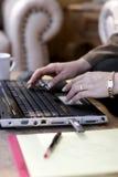 Primo piano digitante del computer portatile della donna Fotografia Stock Libera da Diritti