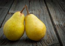 Primo piano dolce della pera su fondo di legno Fotografia Stock Libera da Diritti