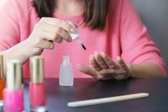 Primo piano domestico del manicure Dipinga i vostri chiodi immagini stock