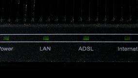Primo piano domestico del modem di Internet archivi video