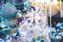 Primo piano elegante del fondo blu della decorazione dell'albero di Natale della sfera di cristallo immagine stock libera da diritti
