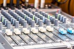 Primo piano elettronico dell'attrezzatura del tecnico del suono Fotografie Stock
