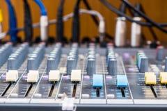 Primo piano elettronico dell'attrezzatura del tecnico del suono Immagini Stock