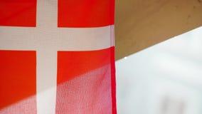 Primo piano estremo della bandiera danese che appende fuori video d archivio