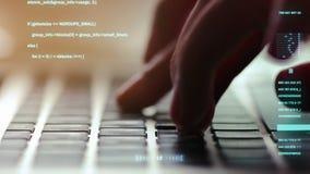 Primo piano estremo delle mani umane che scrivono sulla tastiera del computer portatile, fuoco selettivo video d archivio