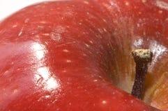 Primo piano estremo di una mela rossa luminosa Fotografia Stock