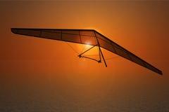 Primo piano estremo Hang Gliding sul tramonto immagini stock