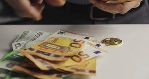 Primo piano fatture del coun cento maschio delle mani di euro stock footage