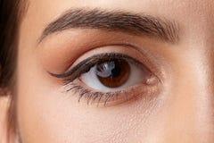Primo piano femminile dell'occhio Trucco della freccia Macro Fotografie Stock