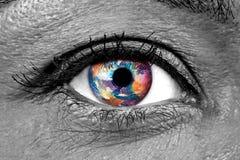 Primo piano femminile dell'occhio umano con terra impressionata sull'iride Immagini Stock