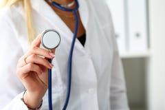 Primo piano femminile della testa dello stetoscopio della tenuta della mano di medico della medicina Fotografia Stock Libera da Diritti