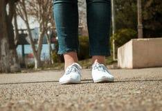 Primo piano femminile delle gambe con le scarpe casuali Fotografia Stock Libera da Diritti