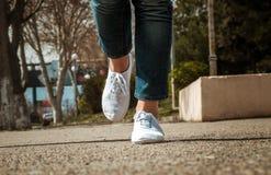 Primo piano femminile delle gambe con le scarpe casuali Immagini Stock Libere da Diritti