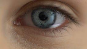 Primo piano femminile triste dell'occhio, emozioni depressive, malattia di vista, sanità archivi video