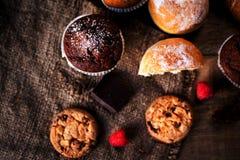 Primo piano fresco dei muffin e dei biscotti del cioccolato Vista orizzontale per fotografia stock