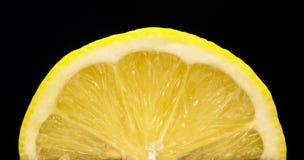Primo piano fresco del limone su fondo nero immagini stock libere da diritti