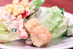 Primo piano fresco misto dell'insalata con i crostini nella parte anteriore Fotografia Stock