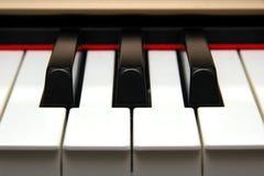 Primo piano frontale dei tasti del piano Fotografia Stock