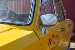 Primo piano giallo dell'automobile del taxi elementi del cromo della carrozzeria 60-70 anni fotografie stock