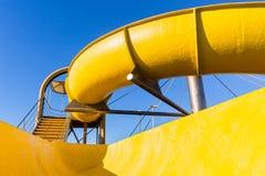 Primo piano giallo della piscina dell'acquascivolo immagini stock libere da diritti