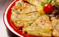 Primo piano giapponese Okonomiyaki dell'alimento. Immagini Stock