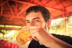 Primo piano Guy Drinks Beer barbuto in caffè fotografia stock libera da diritti