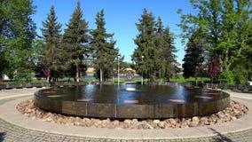 Primo piano Hanseatic della fontana Giorno pieno di sole Veliky Novgorod, Russia stock footage