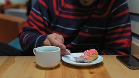Primo piano, indiano Guy Eats Cream Cake al caffè archivi video