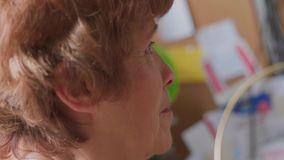 Primo piano, Internet senior di lettura rapida della donna, esaminante schermo video d archivio