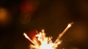 Primo piano 4k 30fps ProRes (HQ) della stella filante dei fuochi d'artificio stock footage