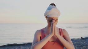 Primo piano L'insegnante o il guru femminile di yoga esegue il gesto del saluto e riguardo, mette le sue mani nella posa del nama video d archivio