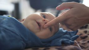 Primo piano La madre tocca il mento ed il naso del piccolo figlio video d archivio
