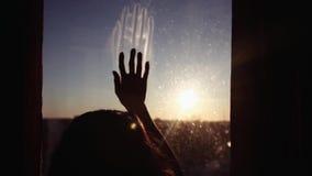 Primo piano La mano fa scorrere giù la finestra contro il tramonto video d archivio