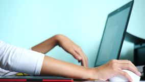 Primo piano La ragazza attinge una tavola del grafico freelance Una mano con uno stilo che passa una compressa nera rossa 4k, mov video d archivio