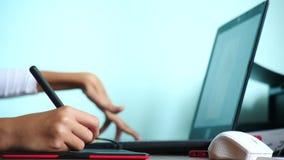 Primo piano La ragazza attinge una tavola del grafico freelance Una mano con uno stilo che passa una compressa nera rossa 4k, mov archivi video